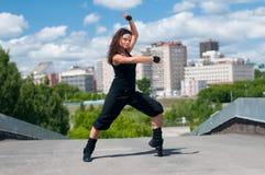 Hip-hop del baile sobre paisaje urbano Fotos de archivo