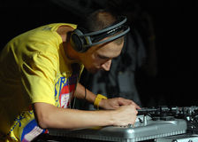 Hip Hop DJ在音乐会执行在街道英雄都市节日 图库摄影