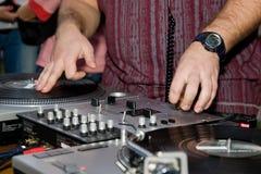 Hip-hop DJ che graffia il vinile Immagine Stock Libera da Diritti