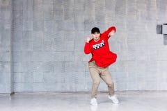 Hip-hop elegante joven del baile del hombre Imágenes de archivo libres de regalías