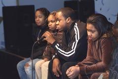 Hip Hop-Künstler Black Picassoo sitzt mit strebendem Künstler lizenzfreies stockbild