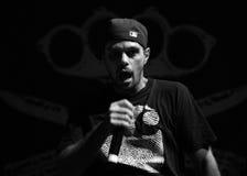 Hip Hop piosenkarz wykonuje w koncercie przy Ulicznych bohaterów miastowym festiwalem zdjęcie stock