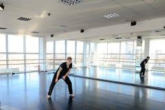 Hip-Hop-Tänzer, der verschiedene Bewegungen macht Stockfotos