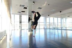 Hip-Hop-Tänzer, der verschiedene Bewegungen macht Lizenzfreies Stockfoto