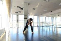 Hip-Hop-Tänzer, der verschiedene Bewegungen macht Stockbild