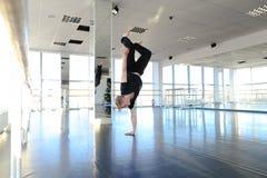 Hip-Hop-Tänzer, der verschiedene Bewegungen macht Stockfoto