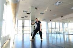 Hip-Hop-Tänzer, der verschiedene Bewegungen macht Stockbilder