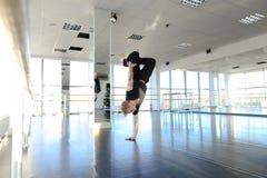 Hip-Hop-Tänzer, der verschiedene Bewegungen macht Lizenzfreie Stockfotos