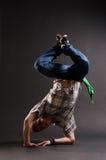 Hip-hopkerl, der auf seinem Winkelstück steht lizenzfreie stockfotografie