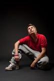 Hip-hopmann, der auf dem Fußboden sitzt Stockfotos
