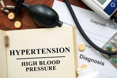 Hipertensión de la tensión arterial alta escrita en un libro Fotografía de archivo libre de regalías