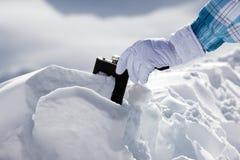Hipflask en nieve Fotos de archivo