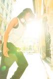 Hiphopmeisje met hoofdtelefoons in een stedelijk milieu Royalty-vrije Stock Afbeelding
