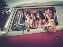 Hipisów przyjaciele w samochodzie dostawczym Fotografia Royalty Free