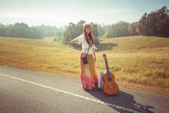 Hipis dziewczyna hitchhiking Zdjęcie Stock