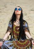 Hipis dziewczyna medytuje Zdjęcia Royalty Free