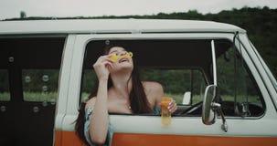 Hipis dziewczyna w retro autobusów ciosach gulgocze, 90s klimaty zdjęcie wideo