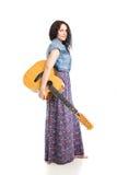 Hipis dziewczyna z gitarą odizolowywającą na bielu Obrazy Royalty Free