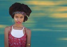 Hipis kobieta z twarzy farbą przeciw rozmytemu koloru żółtego i błękita tłu Fotografia Stock