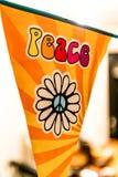 Hipisa pokoju miłości i teksta Flower power samochód dostawczy na wiszącym przyjęciu podpisuje zamazanego tło zdjęcie royalty free