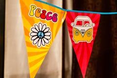 Hipisa pokoju miłości i teksta Flower power samochód dostawczy na wiszącym przyjęciu podpisuje zamazanego tło obraz stock