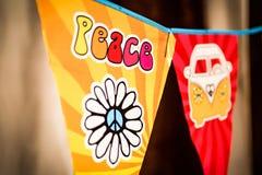 Hipisa pokoju miłości i teksta Flower power samochód dostawczy na wiszącym przyjęciu podpisuje zamazanego tło obrazy stock