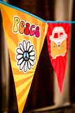 Hipisa pokoju miłości i teksta Flower power samochód dostawczy na wiszącym przyjęciu podpisuje zamazanego tło zdjęcie stock