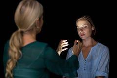 Hipnotizador que hipnotiza a la mujer Fotografía de archivo libre de regalías