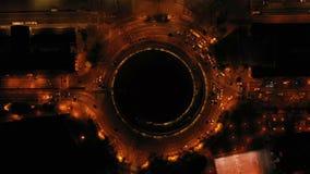 Hipnotyzujący fascynującego powietrznego wideo samochodowy uliczny ruch drogowy poruszający na rondzie Barcelona Hiszpania nocy a zbiory wideo
