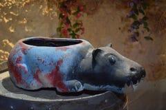 Hipopótamo decorativo - potenciômetro para flores com earthIsrael, Dimona, Salão do ` da ANSR do ` das celebrações em nigh 2018 - Foto de Stock