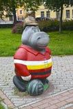 Hipopótamo em um capacete velho do fogo, uma escultura do jardim St Petersburg Fotos de Stock Royalty Free