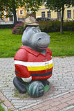 Hipopotam w starym pożarniczym hełmie, ogrodowa rzeźba St Petersburg Zdjęcia Royalty Free