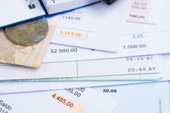 Hipoteca e contas de serviço público, moeda e cédula, calculadora, fim Fotos de Stock Royalty Free