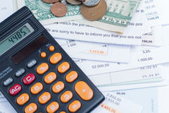 Hipoteca e contas de serviço público, moedas e cédulas, calculadora Fotos de Stock