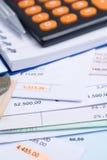 Hipoteca y facturas de servicios públicos, moneda, calculadora Foto de archivo