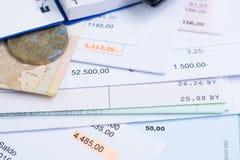 Hipoteca y facturas de servicios públicos, moneda y billete de banco, calculadora, cierre Fotos de archivo libres de regalías