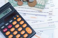 Hipoteca y facturas de servicios públicos, monedas y billetes de banco, calculadora Fotos de archivo