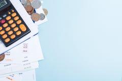 Hipoteca y facturas de servicios públicos, monedas y calculadora, espacio de la copia Imagen de archivo libre de regalías