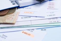 Hipoteca y facturas de servicios públicos, monedas y billete de banco, calculadora Imagenes de archivo