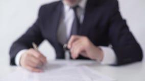 Hipotecznego maklera podpisywanie tapetuje, dawać mieszkanie kluczom nieruchomości nabywca zbiory
