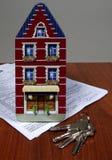 Hipoteque a casa e as chaves Imagens de Stock Royalty Free