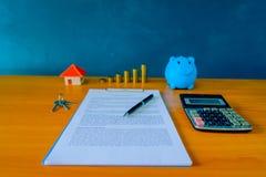 Hipoteque el contrato para la venta de la propiedad de las propiedades inmobiliarias con una pluma Imagenes de archivo