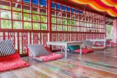 Hippe restauracja w Flower power stylu z drewnianym meble obrazy royalty free