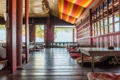 Hippe-Restaurant in flower power-Art mit Holzmöbel lizenzfreie stockfotos