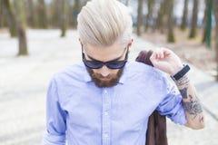Hippie à la mode en parc images stock