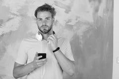 Hippie élégant observé par bleu avec le smartphone Mode de vie musical photo stock
