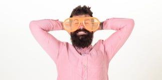 Hippie-Abnutzungsfensterladen schattiert extrem große Sonnenbrille Bärtiger Kerl des Mannes tragen riesige Sonnenbrille mit Lufts lizenzfreie stockfotografie