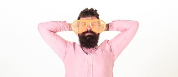 Hippie-Abnutzungsfensterladen schattiert extrem große Sonnenbrille Bärtiger Kerl des Mannes tragen riesige Sonnenbrille mit Lufts lizenzfreie stockbilder