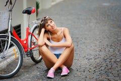 Hippie-Art der Frau der Junge Porträt der recht sexy Retro- im Freien Stockbild