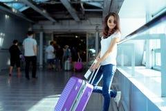Hippie asiatique de voyageuse de jeune fille avec le transport Photographie stock libre de droits